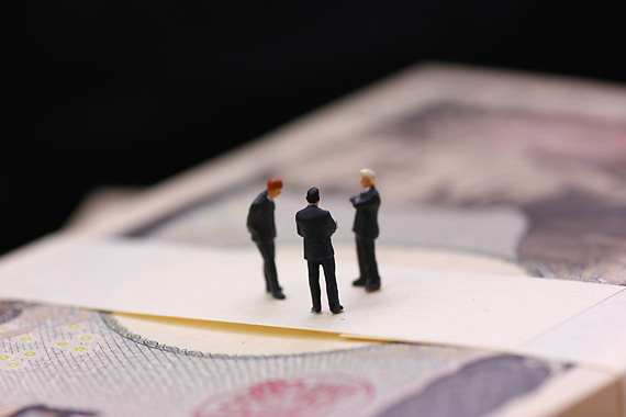 お金の相談をする人たち