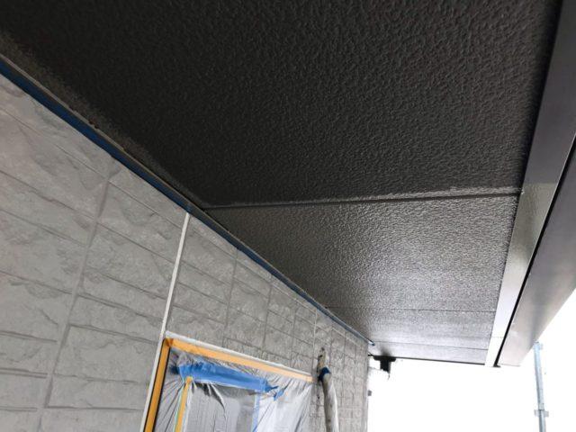 【宮崎県宮崎市】大坪東にあるセメント瓦屋根とFRP防水ベランダの住宅で仮設足場・高圧洗浄・シーリング工事を行います軒天上塗り_1_確定