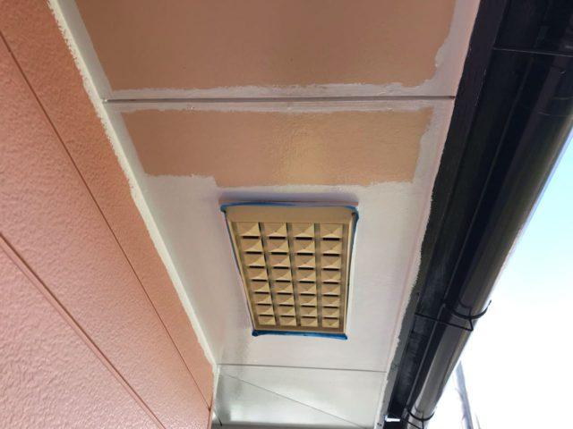 【宮崎県宮崎市】田野町にあるコロニアル&窯業系サイディングの住宅で足場設置・養生・高圧洗浄を行います軒天上塗り_1_確定