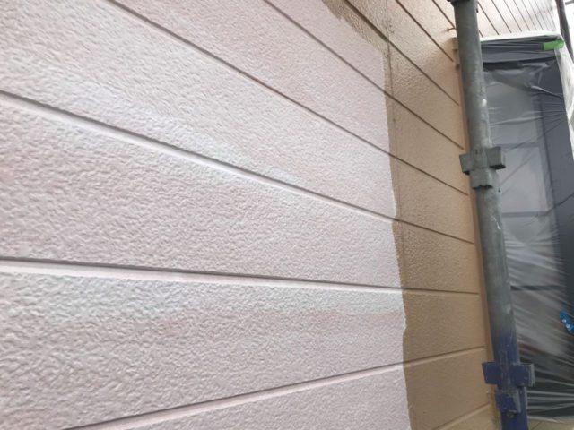 【宮崎県宮崎市】田野町にあるコロニアル&窯業系サイディングの住宅で足場設置・養生・高圧洗浄を行います外壁中塗り_1_確定