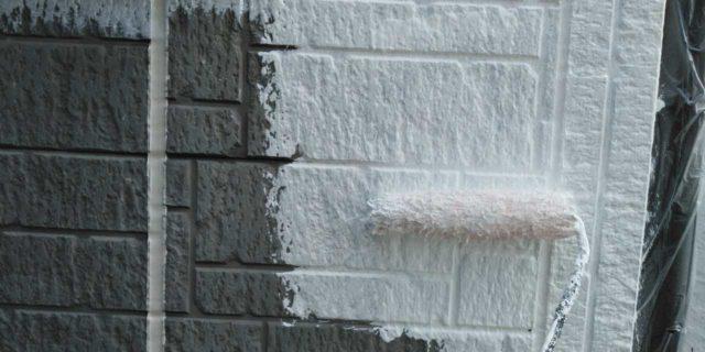 【宮崎県宮崎市】清武町にある黒い屋根の住宅で塗装前に仮設足場とシーリング工事を行います外壁下塗り_1_確定