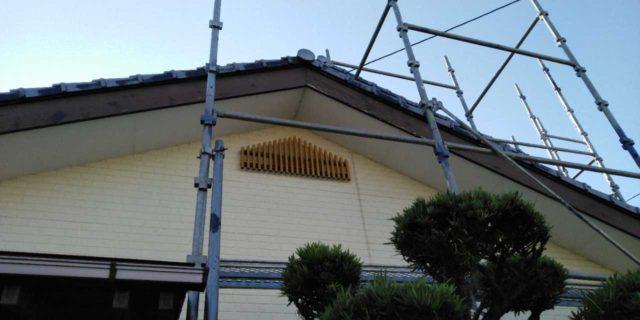 【宮崎県宮崎市】恒久にある粘土瓦の屋根の住宅で足場設置・養生・高圧洗浄を行います足場設置_1_確定