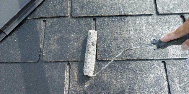 【宮崎県宮崎市】清武町にある黒い屋根の住宅で塗装前に仮設足場とシーリング工事を行います屋根下塗り_1_確定