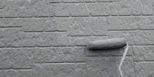 【宮崎県宮崎市】清武町にある黒い屋根の住宅で塗装前に仮設足場とシーリング工事を行います外壁上塗り_1_確定