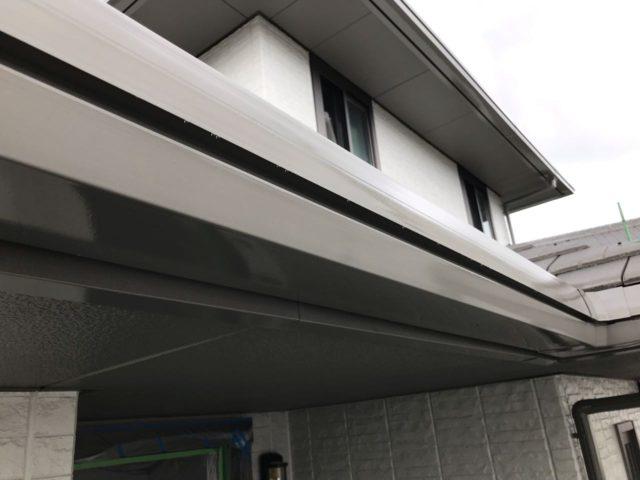 【宮崎県宮崎市】大坪東にあるセメント瓦屋根とFRP防水ベランダの住宅で仮設足場・高圧洗浄・シーリング工事を行います雨樋上塗り_1_確定