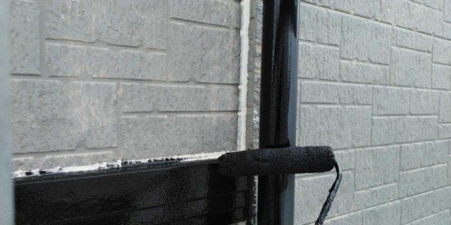 【宮崎県宮崎市】清武町にある黒い屋根の住宅で塗装前に仮設足場とシーリング工事を行います雨樋上塗り_1_確定