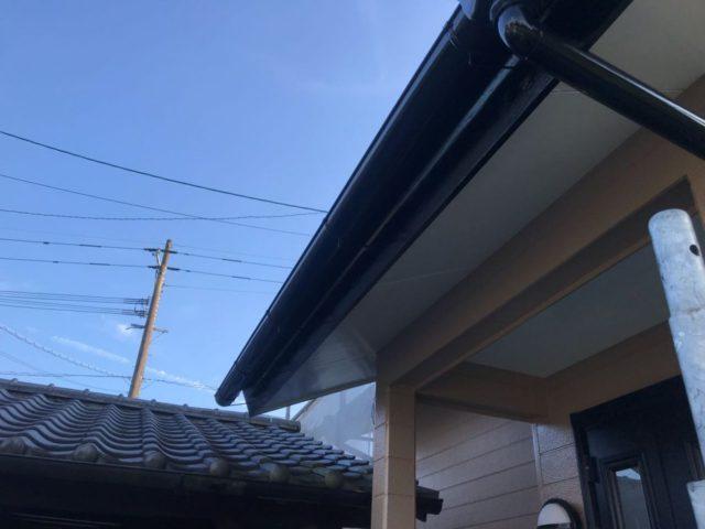 【宮崎県宮崎市】田野町にあるコロニアル&窯業系サイディングの住宅で足場設置・養生・高圧洗浄を行います雨樋上塗り_1_確定