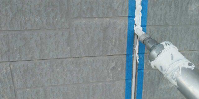 【宮崎県宮崎市】清武町にある黒い屋根の住宅で塗装前に仮設足場とシーリング工事を行いますシール充填_1_確定