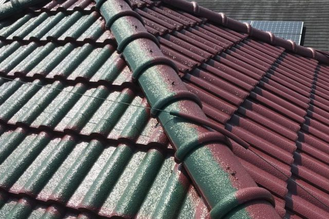 【宮崎県宮崎市】神宮にあるセメント瓦屋根の住宅で足場設置・養生・高圧洗浄を行います屋根中塗り_1_確定