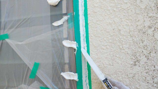【宮崎・鹿児島地区】モルタル外壁の住宅でシーリング作業を行います押さえ込み_1_確定