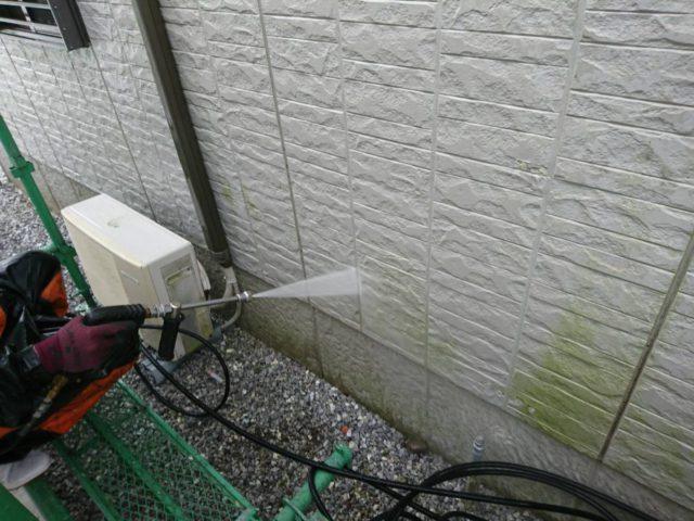 【宮崎県宮崎市】大坪東にあるセメント瓦屋根とFRP防水ベランダの住宅で仮設足場・高圧洗浄・シーリング工事を行います高圧洗浄洗い流し_1_確定