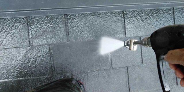 【宮崎県宮崎市】清武町にある黒い屋根の住宅で塗装前に仮設足場とシーリング工事を行います高圧洗浄洗い流し_1_確定