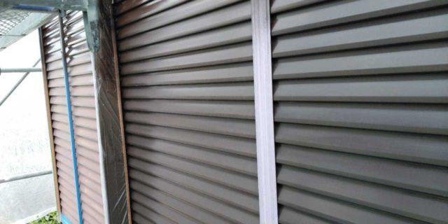 【宮崎県宮崎市】恒久にある粘土瓦の屋根の住宅で足場設置・養生・高圧洗浄を行います雨戸上塗り_1_確定