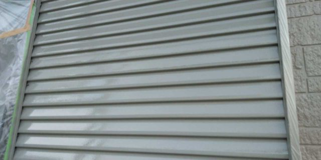 【宮崎県宮崎市】清武町にある黒い屋根の住宅で塗装前に仮設足場とシーリング工事を行います雨戸上塗り_1_確定
