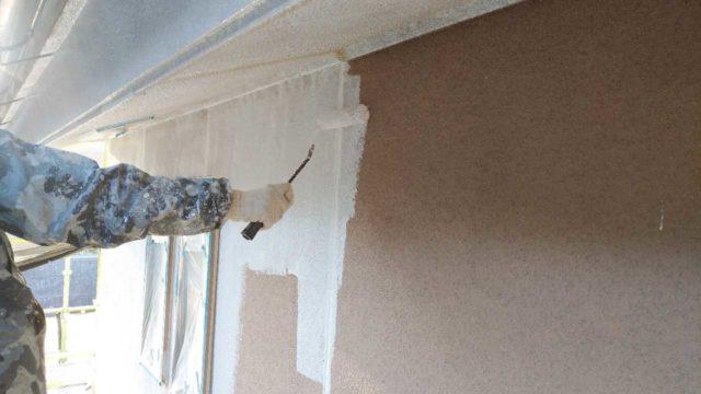 【宮崎・鹿児島地域】外壁や軒天、雨樋、玄関庇排水板金、雨水浸透ますなどを修繕・塗装した工事外壁下塗り