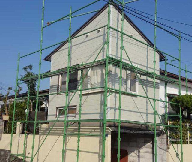 【宮崎県宮崎市】月見ヶ丘にある20坪の住宅で57平方メートルの外壁と92平方メートルの屋根を塗装した工事足場