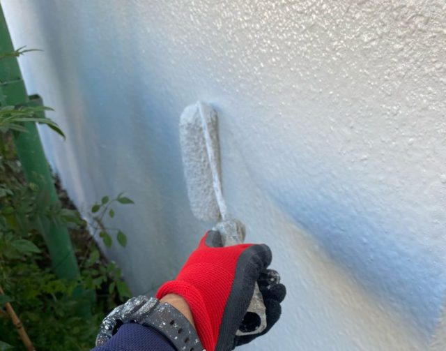 【宮崎県宮崎市】大橋にある住宅でモルタル外壁をセミフロンマイルドで塗装した工事外壁上塗り