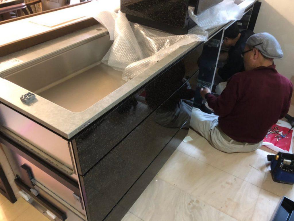 キッチン解体設置中の様子