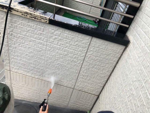 霧島市外壁塗装前の洗浄の様子