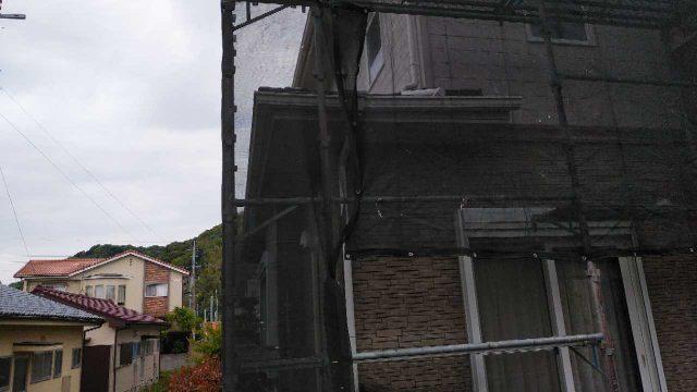 屋根の仮設足場メッシュシートの様子