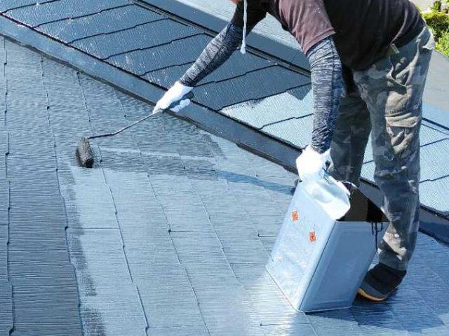 鹿児島市屋根 上塗り塗料工事の様子