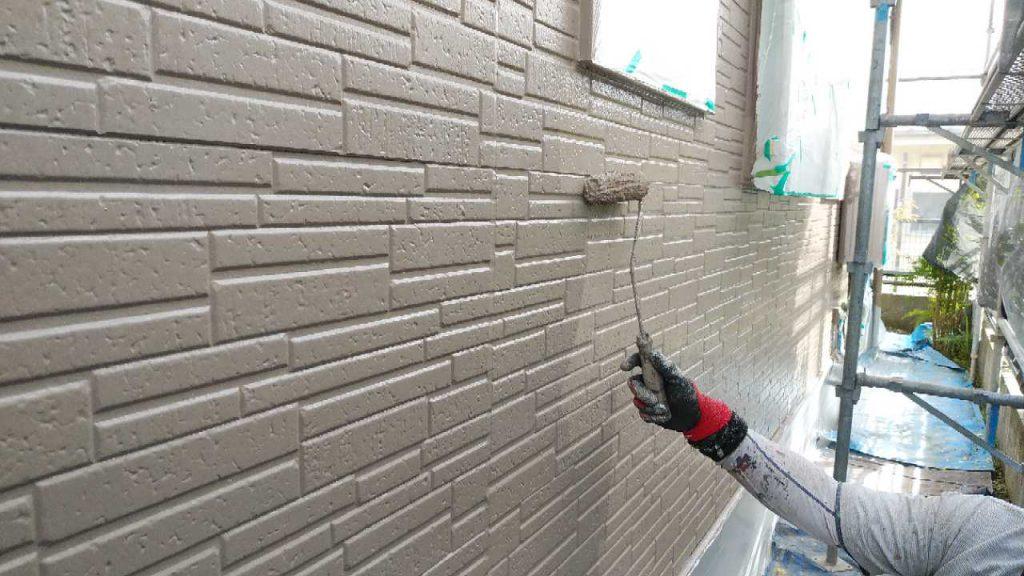 外壁上塗り塗装工事上塗りの様子