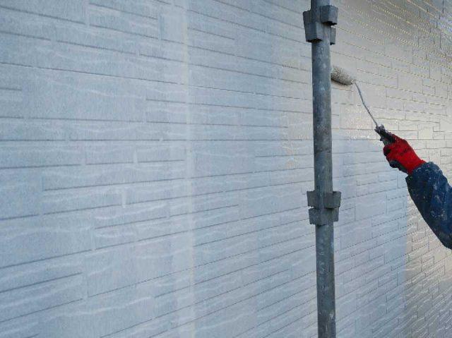 日置市外壁の中塗り塗装工事の様子