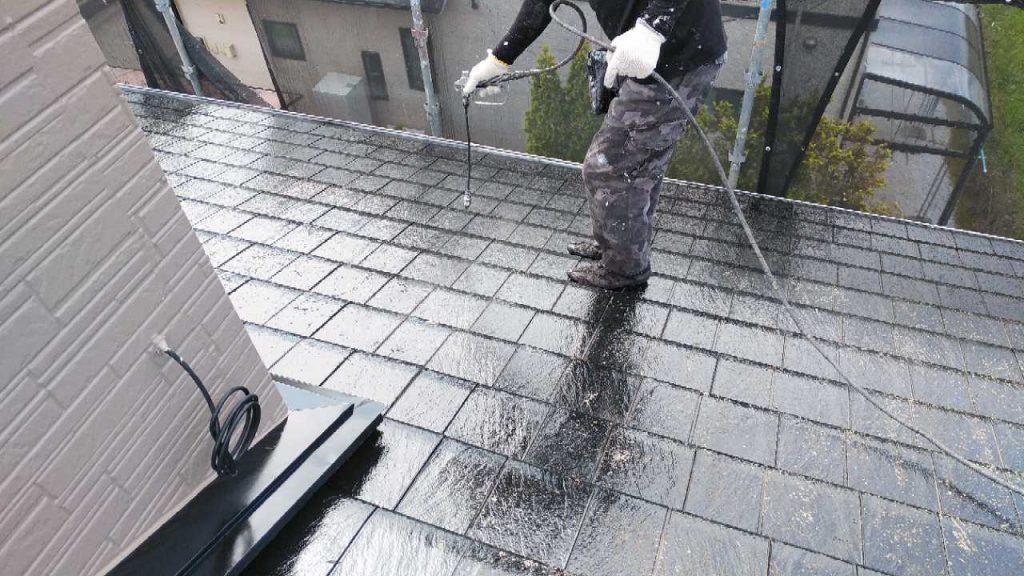 屋根の上塗り塗装工事の様子
