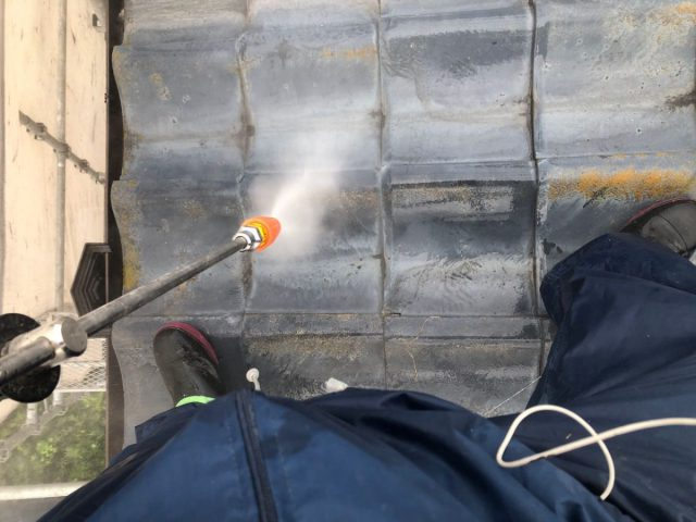 霧島市国分の屋根高圧洗浄の様子