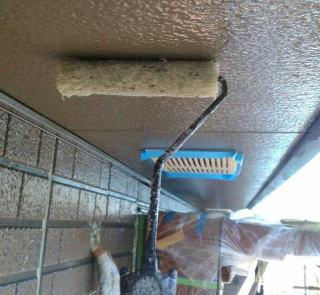 【宮崎県西都市】岩爪で66坪の住宅で屋根(スレートブラックカラー)・外壁塗装をした工事軒天上塗り