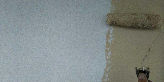 【宮崎県宮崎市】霧島にあるモルタル外壁の住宅で弾性プレミアムフィラーで塗装をした工事外壁中塗り