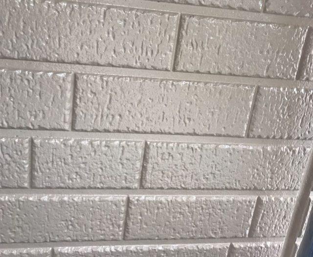 【宮崎県西都市】岩爪で66坪の住宅で屋根(スレートブラックカラー)・外壁塗装をした工事外壁中塗り