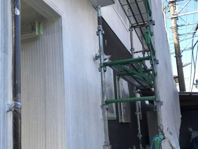 【宮崎県宮崎市】清武町で外壁とガルバリウム屋根、シーリング補修などをした工事外壁下塗り