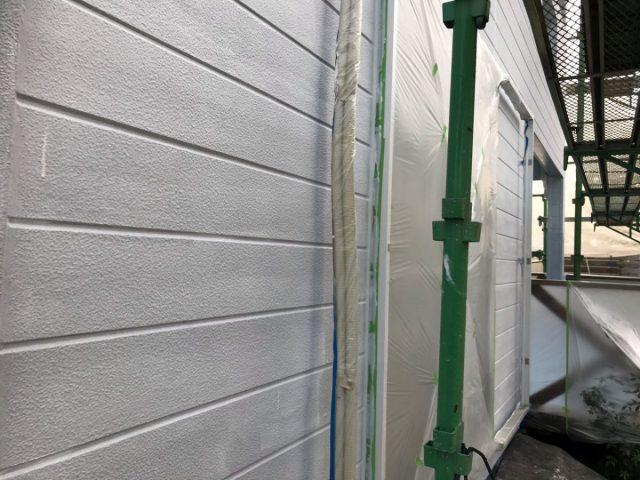 【宮崎県宮崎市】花山手にある42坪の住宅でコロニアル屋根と外壁の塗装工事外壁下塗り