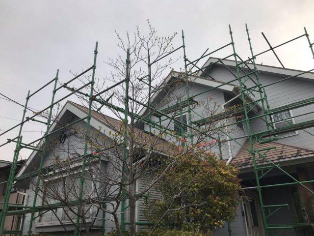 【宮崎県宮崎市】花山手にある42坪の住宅でコロニアル屋根と外壁の塗装工事足場