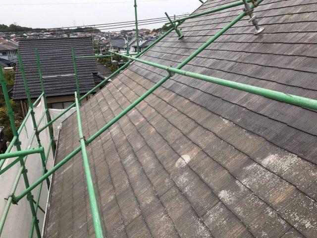 【宮崎県宮崎市】花山手にある42坪の住宅でコロニアル屋根と外壁の塗装工事屋根下塗り