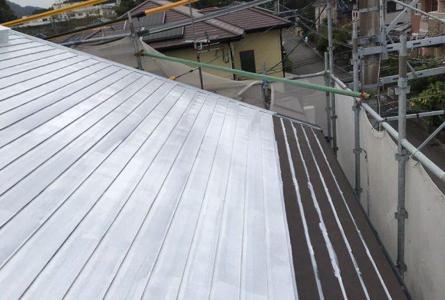 【宮崎県宮崎市】清武町で外壁とガルバリウム屋根、シーリング補修などをした工事屋根下塗り