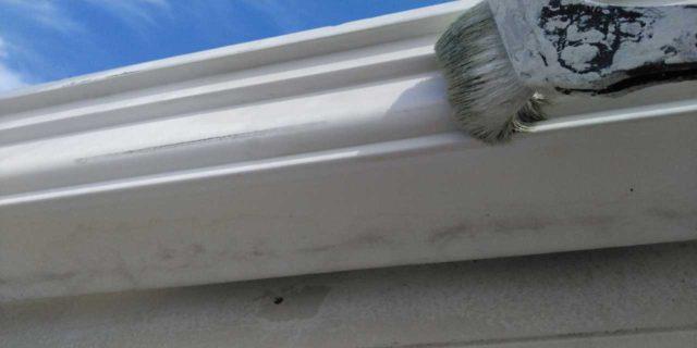 【宮崎県宮崎市】霧島にあるモルタル外壁の住宅で弾性プレミアムフィラーで塗装をした工事雨樋上塗り