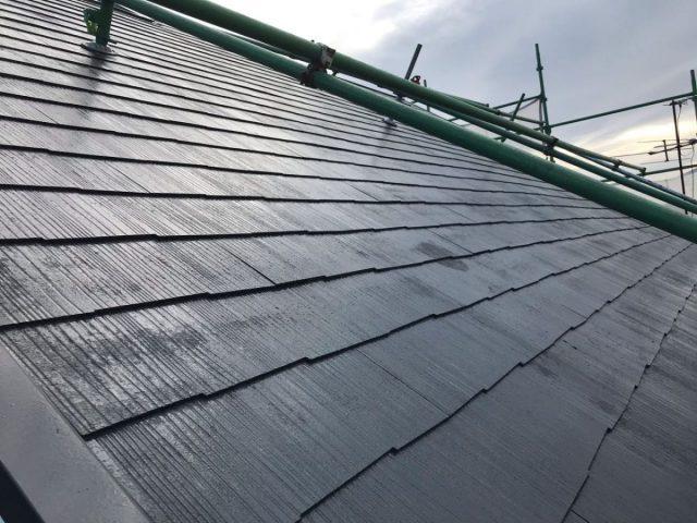 【宮崎県宮崎市】花山手にある42坪の住宅でコロニアル屋根と外壁の塗装工事屋根中塗り