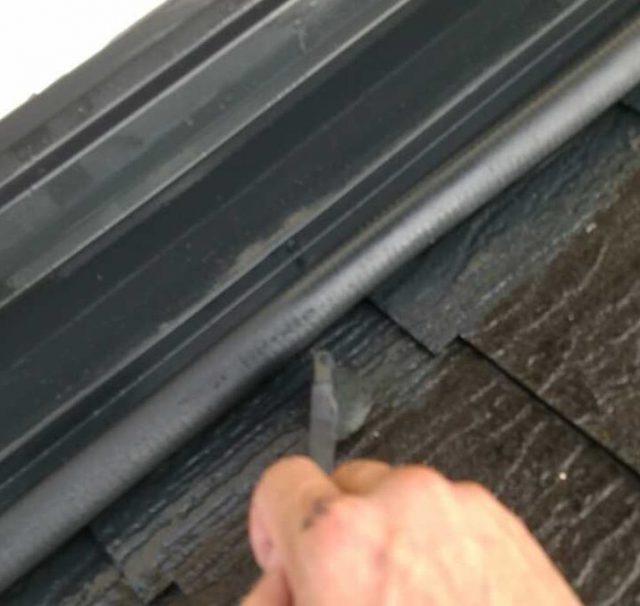 【宮崎県西都市】岩爪で66坪の住宅で屋根(スレートブラックカラー)・外壁塗装をした工事屋根中塗り