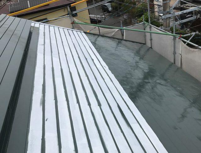 【宮崎県宮崎市】清武町で外壁とガルバリウム屋根、シーリング補修などをした工事屋根中塗り