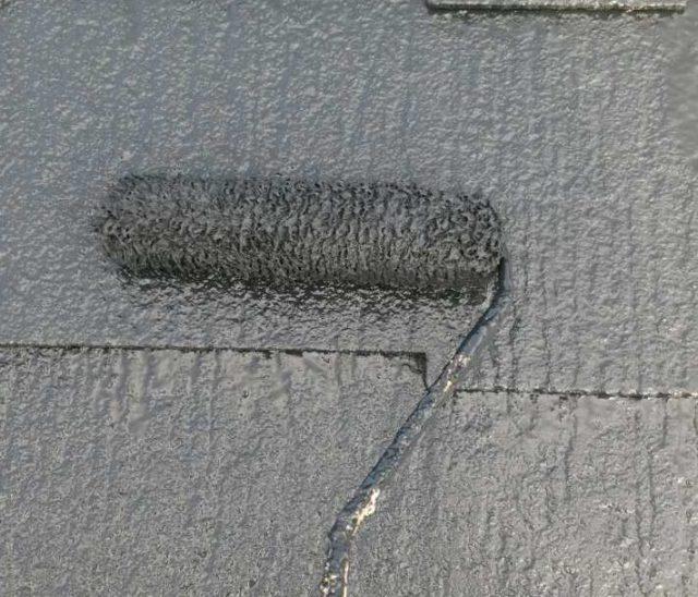 【宮崎県西都市】岩爪で66坪の住宅で屋根(スレートブラックカラー)・外壁塗装をした工事屋根上塗り