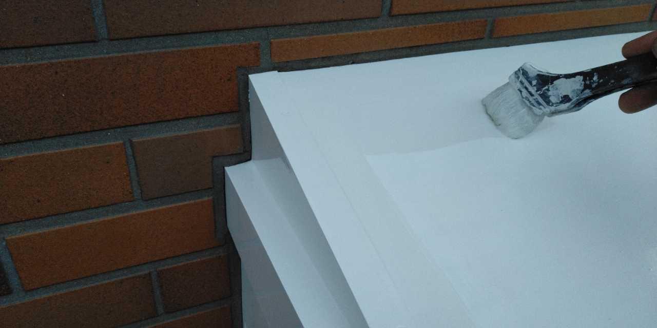 【宮崎県宮崎市】霧島にあるモルタル外壁の住宅で弾性プレミアムフィラーで塗装をした工事雨戸上塗り