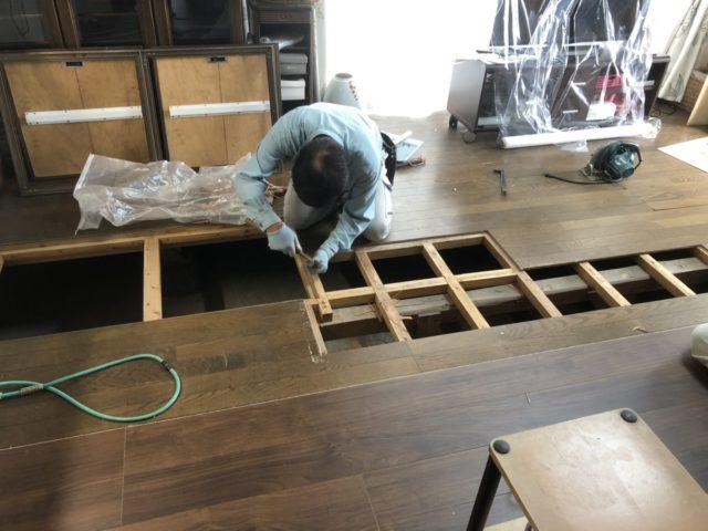 床ペコ補修中の様子