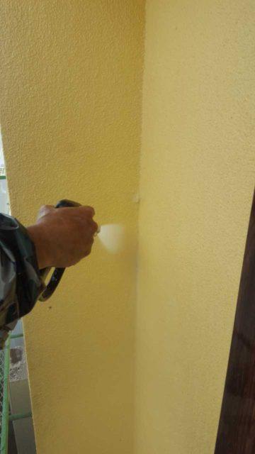 黄色の壁の外壁塗装工事
