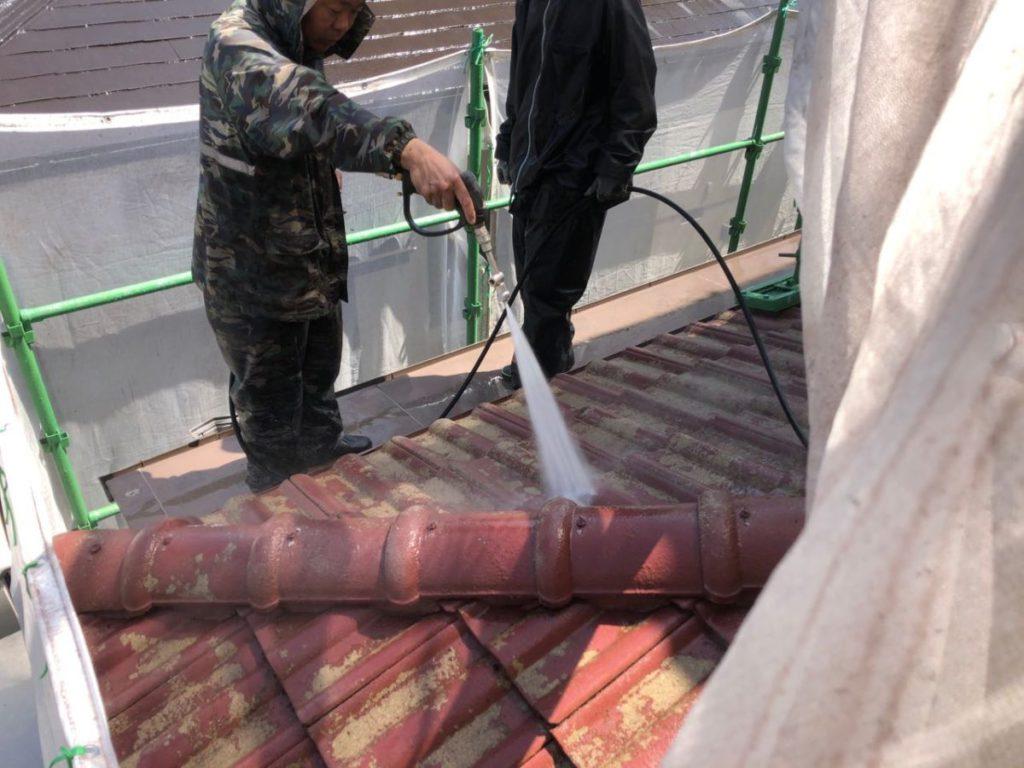屋根塗装前の高圧洗浄中の様子