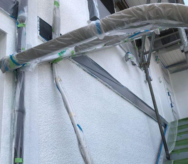 【宮崎県宮崎市】大坪東にあるアルミニウム製のバルコニーの住宅で外壁・屋根・付帯部塗装をした工事壁下