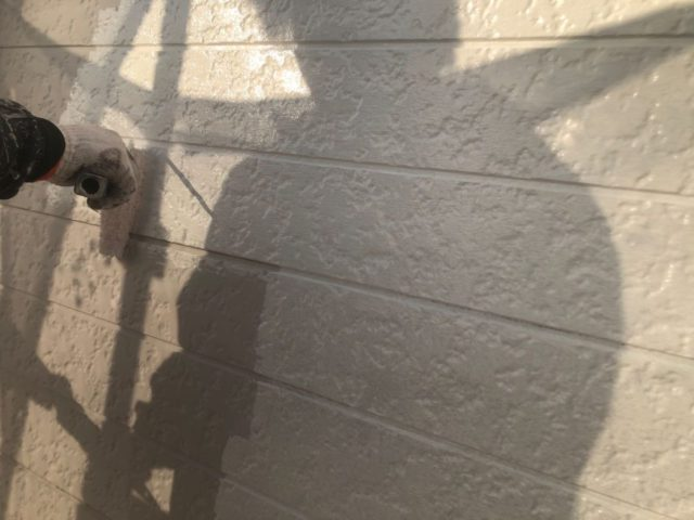 【宮崎県宮崎市】大字恒久のアルミニウム製バルコニーがある住宅で外壁・屋根・付帯部塗装をした工事外壁下