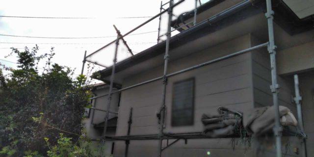 【宮崎県宮崎市】佐土原町にある赤いコロニアル屋根の住宅で外壁・屋根・付帯部塗装をした工事足場
