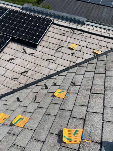 小林市屋根塗装前のスレート瓦補修作業の様子
